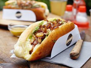 Hotdog mit Würstchen, braunen Zwiebeln und Mayonnaise Rezept
