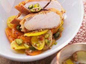 Hühnchen in Cornflakespanade mit Möhren und Pistazien Rezept