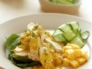 Hühnchen mit Currysoße, Mango und Gurkensalat Rezept