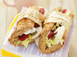 Hühnchen-Sandwiches mit Gurke und Roter Bete Rezept
