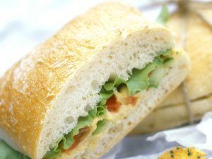 Hummus-Sandwich mit Salatblättern Rezept