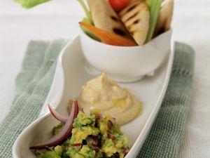 Hummus und Guacamole mit Brot Rezept