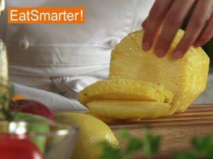 Ananas in Scheiben schneiden