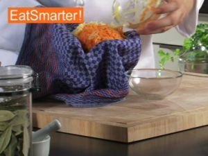 Wie Sie Kartoffel- und Möhrenraspel ganz einfach ausdrücken