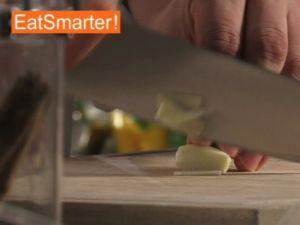 Wie Sie Knoblauch gekonnt mit dem Messer fein hacken