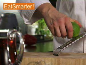 Wie Sie eine Limette optimal abreiben und auspressen