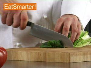 Wie Sie Römersalat in mundgerechte Stücke schneiden