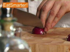 Wie Sie eine rote Zwiebel gekonnt in kleine Würfel schneiden
