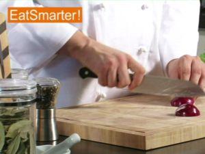 Wie Sie eine Zwiebel mühelos in Spalten schneiden