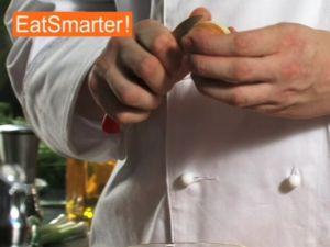 Wie Sie eine Zwiebel raffiniert mit Lorbeer und Nelken spicken