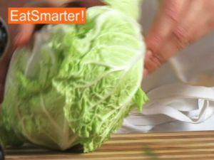 Wie Sie Chinakohl richtig putzen, waschen und in Streifen schneiden