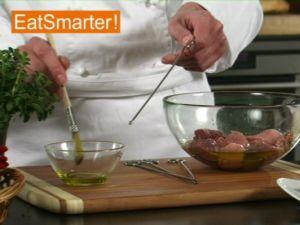 Wie Sie Fleischwürfel am besten mit Gemüse auf einen Spieß stecken