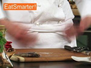 Wie Sie Garnelen richtig schälen und putzen