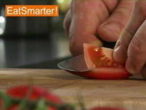Wie Sie eine Tomate blitzschnell entkernen und hacken oder würfeln