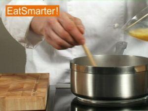 Wie Sie eine Suppe richtig mit verquirltem Ei verfeinern