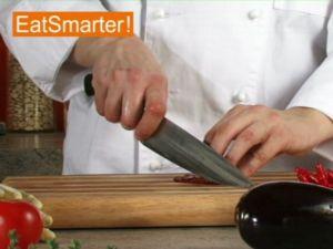 Wie Sie eingelegte Tomaten am besten in Würfel schneiden