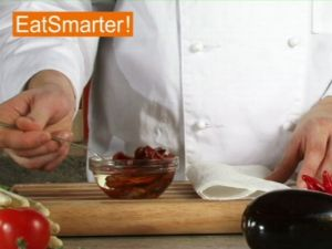Wie Sie eingelegte Tomaten mühelos abtropfen lassen