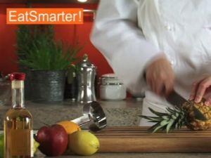Wie Sie Baby-Ananas am besten schälen und schneiden