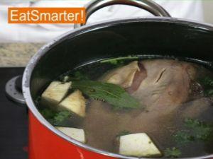 Wie Sie eine gekochte Kalbszunge richtig abziehen
