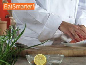 Wie Sie Lachsfilet gekonnt waagerecht in Scheiben schneiden