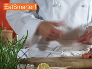 Wie Sie Lachsfiletwürfel mühelos auf Spieße stecken