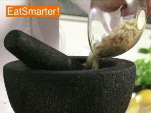 Wie Sie eine würzige Mandelpaste selber im Mörser herstellen
