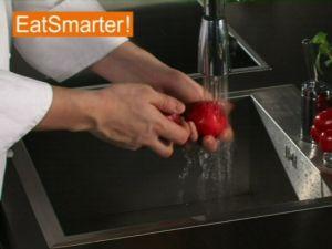 Wie Sie eine Pflaume waschen und ganz einfach entsteinen