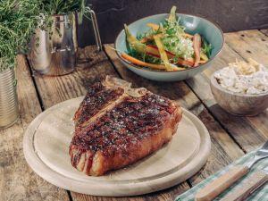 Irish T-Bone-Steak mit Kartoffelchips-Butter und Vanillemöhren Rezept