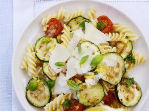 Italienischer Nudelsalat mit Zucchini, Tomaten und Parmesan Rezept