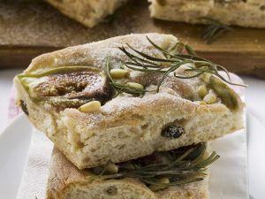 Italienisches Fladenbrot mit Feige, Rosmarin und Pinienkernen Rezept