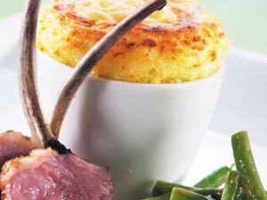Jarlsberg Kartoffel-Soufflé mit Lammkoteletts und Salat aus grünen Bohnen