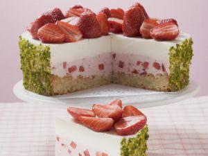 Joghurt-Erdbeer-Torte mit Pistazienmantel Rezept