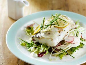 Kabeljaufilet mit Salat und Weißkohl Rezept