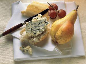 Käse-Baguette mit Früchten Rezept