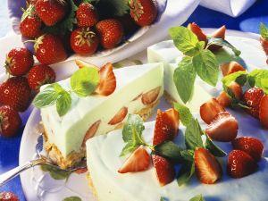 Käse-Erdbeerkuchen mit Knusperboden Rezept