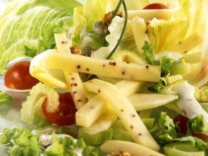 Käse-Salat mit Nüssen Rezept