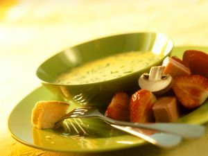 Käsefondue mit Brot, Früchten und Pilzen Rezept