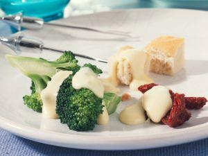 Käsefondue mit mariniertem Brokkoli und getrockneten Tomaten Rezept