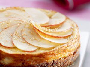 Käsekuchen mit Sesam und Apfelscheiben Rezept