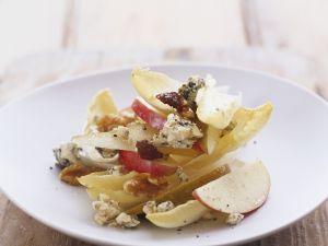 Käsesalat mit Chicorée, Walnuss und Apfel Rezept