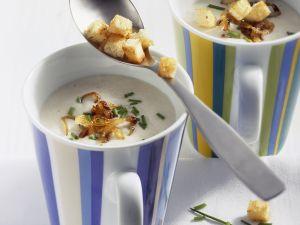 Käsesuppe mit Meerrettich und Brotwürfeln Rezept