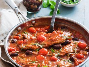 Kalbschnitzel in Tomaten-Oliven-Sauce mit Basilikum Rezept