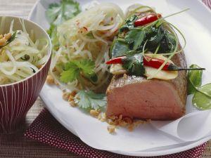 "Kalbsfilet ""en papilotte"" mit Salat aus grüner Papaya und Erdnüssen Rezept"