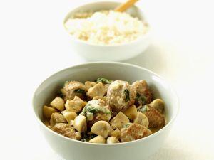 Kalbsgulasch mit Hackklößchen, Sahnesoße, Champignons und Reis Rezept