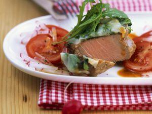 Kalbslende mit Rucolahaube und Radieschen-Tomaten-Salat Rezept