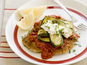 Kalbsschnitzel in Panade mit Tomatensugo und Zucchini Rezept