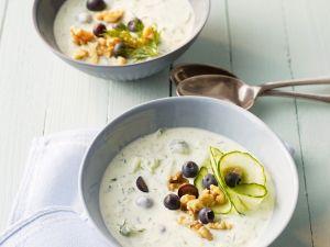 Kalte Gurken-Joghurt-Suppe mit Blaubeeren Rezept