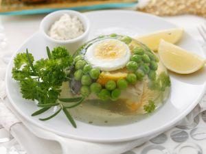 Karpfen-Sülze mit Ei und Erbsen Rezept