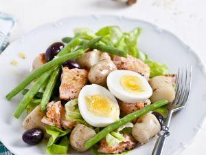 Kartoffel-Bohnen-Salat mit Lachs, Ei und Oliven Rezept