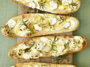 Kartoffel-Pizza-Schiffchen mit Schafskäse und Rosmarin Rezept